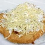 Lángos - traditionelle Brotspezialität aus Ungarn